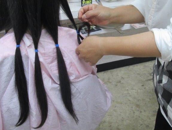 31㎝以上の長さが条件です。お切りした後はご希望の髪型に整えさせていただきます。